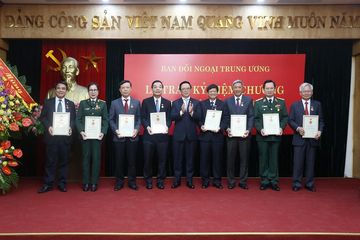 """Bộ trưởng Bộ Khoa học và Công nghệ Chu Ngọc Anh nhận Kỷ niệm chương """"Vì sự nghiệp đối ngoại Đảng"""""""